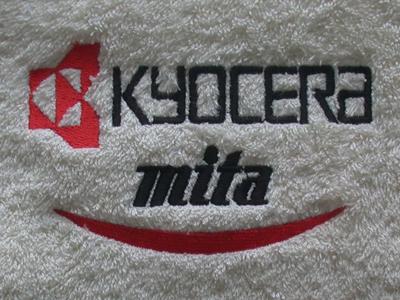 Håndklæder-med-Kyocera-logo-broderi-uniquemade