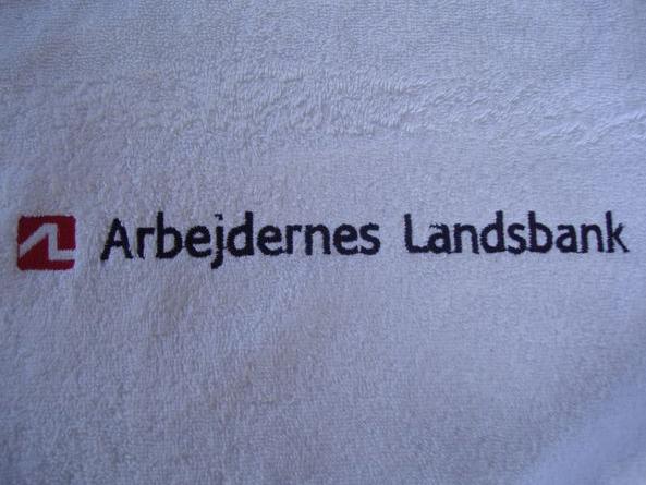 Hvide-badehåndklæder-med-arbejdernes-landsbank-broderi